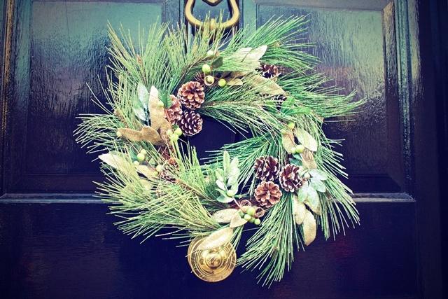 winter-door-decoration-christmas.jpg